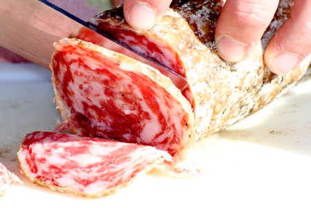 triglycerides: carnicero experto en cortar el salami con un cuchillo muy afilado 3