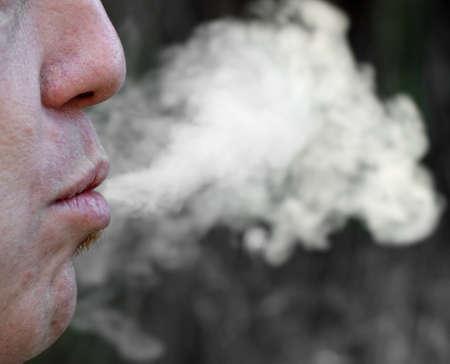 Zigarettenrauch und Kettenraucher in einem Moment der Entspannung