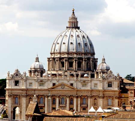 ciudad del vaticano: majestuosa c�pula de la bas�lica de San Pedro en la Ciudad del Vaticano Foto de archivo