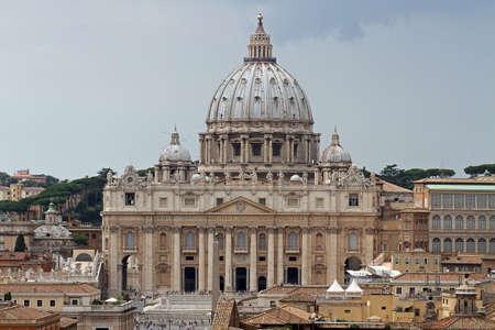 Kuppel der Kirche St. Peter in der Vatikanstadt Standard-Bild - 23322647