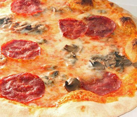 savoureuse pizza avec pepperoni et champignons cuit au four à bois