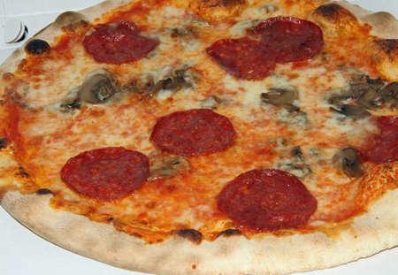 pizza avec pepperoni et champignons cuit au four à bois