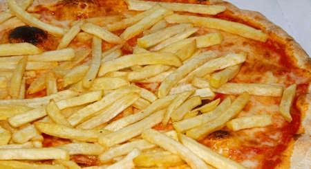 originale pizza napolitaine avec des frites françaises et mozzarella et tomate