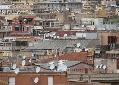 demografia: techos de la metrópoli con una gran cantidad de antenas y antenas para la recepción de señales de televisión