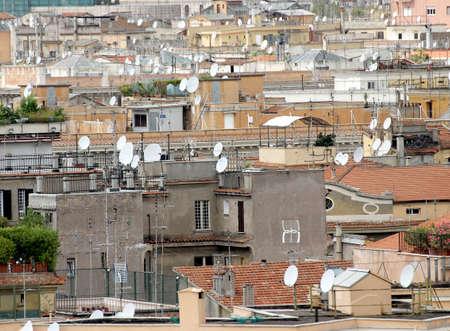 demografia: tejados de la gran ciudad con una gran cantidad de antenas y antenas para la recepci�n de se�ales de televisi�n