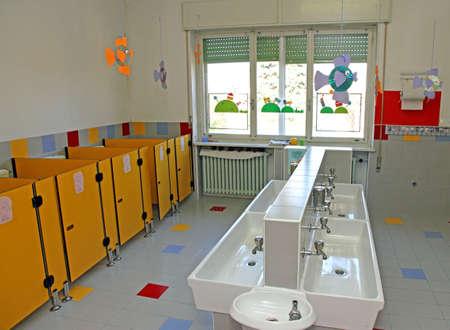 Geraumiges Badezimmer Eines Kindergartens Mit Den Wc Und Waschbecken