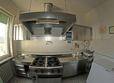 comedor escolar: estufa de gas con una industria sider�rgica de la cocina para la preparaci�n de la comida de la cantina de la escuela