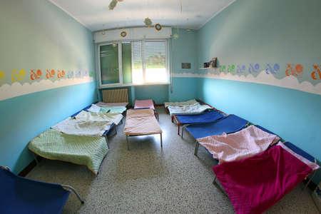 akademik: małe COTS z koce dla dzieci w przedszkolu w akademiku
