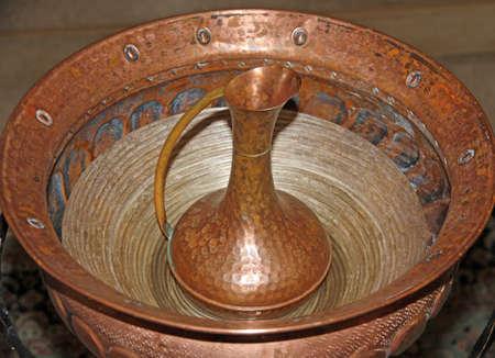 brocca di rame con il font per il battesimo dei cristiani