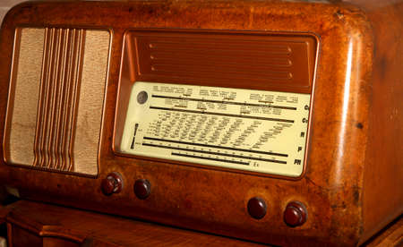 transitor: de radio transistor 1950 a�os en Burr nogal y los nombres de las estaciones Foto de archivo