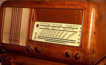 transistor: radio transistor 1950 ann�es en ronce de noyer et les noms des stations
