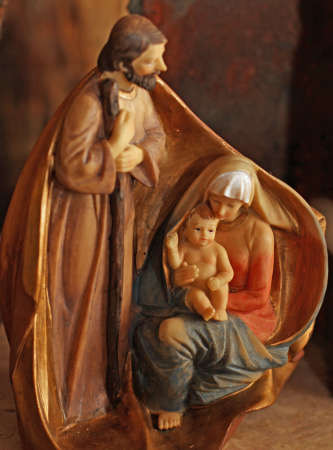 presepe: Joseph, Mary and baby Jesus made from a single piece of hand decorated wood
