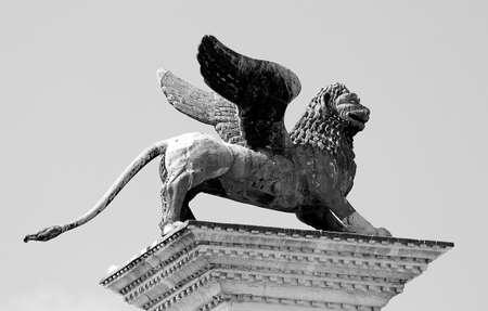 leon alado: hermosa estatua de le�n con alas, s�mbolo de la Rep�blica Seren�sima de Venecia, en el norte de Italia Foto de archivo