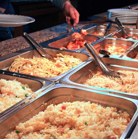 米とセルフ サービスの中のスパゲティで満たされたトレイ