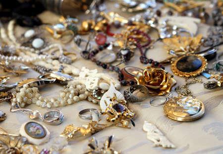 oude vintage kettingen en sieraden te koop in de antiekwinkel Stockfoto