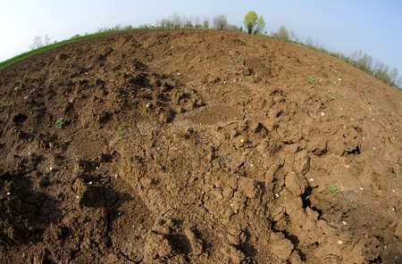 tierra fertil: Marr�n Tierra desde el agricultor arado antes de sembrar las semillas para la cosecha de oto�o Foto de archivo