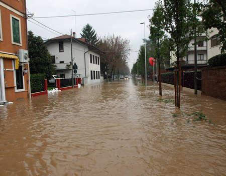 泥の川都市の洪水の間に完全に浸漬道路に侵入します。