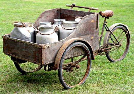 古代の牛乳配達人のさびた古いバイク
