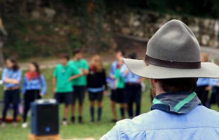 キャンプに自分の子供を制御しながら典型的な帽子のチーフ スカウト