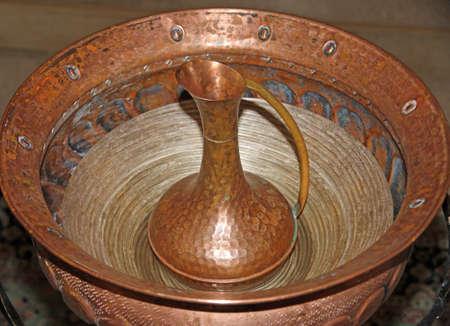 pila bautismal: jarra de cobre con el tipo de letra para el bautismo de los cristianos en el chruch