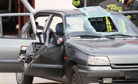 accidente transito: coche totalmente destruido despu�s de la intervenci�n de los bomberos para rescatar a las personas heridas en accidente de tr�nsito Foto de archivo