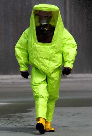 riesgo quimico: experto durante la cirugía en un área contaminada por agentes biológicos muy peligrosos Foto de archivo