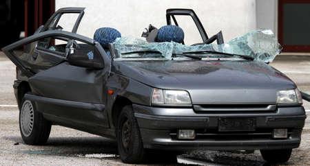 accidente transito: autom�vil gris completamente destruida con vidrios rotos despu�s del accidente de tr�fico