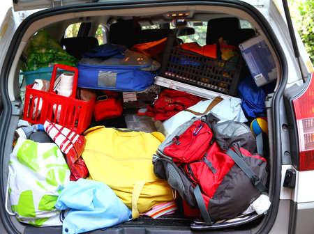Kofferraum sehr voll von Familie, bevor er nach dem Urlaub agoniate Standard-Bild - 28998059
