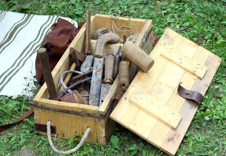 ferreteria: cesta con herramientas de trabajo roya antiguos para carpinteros y herradores Foto de archivo