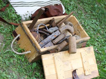 ferreteria: cesta con herramientas de trabajo antiguos para carpinteros y ebanistas