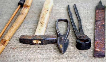 ferreteria: muchas herramientas antiguas y herramientas herrador obsoletos