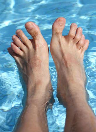 fu�sohle: des Menschen die F��e auf der Badewanne von einem entspannenden Pool im Sommer Lizenzfreie Bilder