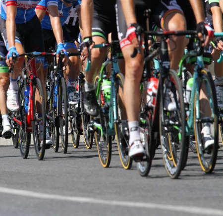国際自転車レース中に上り坂に乗るサイクリストのグループ