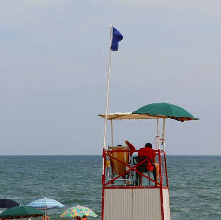 encrespado: Alta torre con salvavidas para la playa durante la mar picado en verano