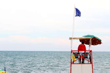 encrespado: torre con salvavidas para la playa durante la mar picado en verano