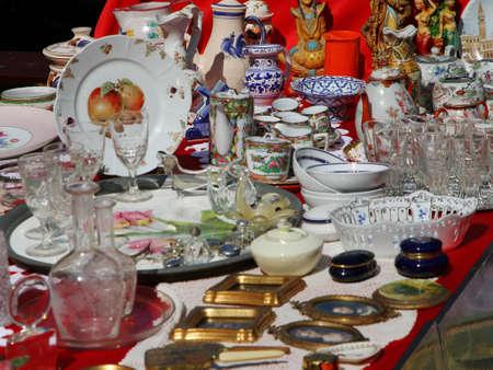 antiche tazze in ceramica con la teiera e altri oggetti d'epoca nel negozio di antiquariato