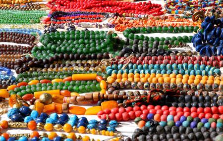 tr�delmarkt: bunten afrikanischen Stil Halsketten f�r Verkauf auf Flohmarkt