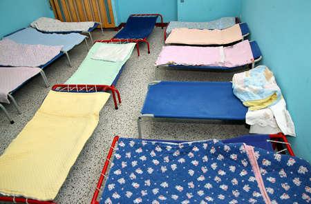 akademik: Dostawki łóżka i łóżeczka w kolorze jasno akademiku przedszkolu Zdjęcie Seryjne