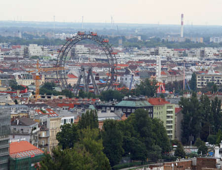 demografia: Panorama de la ciudad de Viena, con la famosa noria en el Prater Editorial