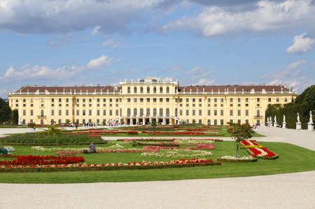 schloss schonbrunn: Garden of SchonBrunn Castle in Vienna Austria