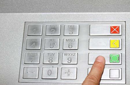 teclado num�rico: mano escribiendo el c�digo secreto en el teclado de un cajero autom�tico para retirar dinero en efectivo