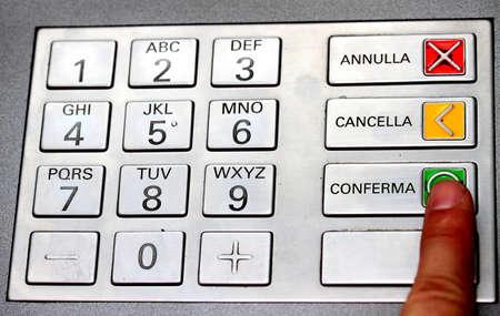 teclado num�rico: �ndice que confirma el c�digo secreto en el teclado de un cajero autom�tico para retirar dinero en efectivo