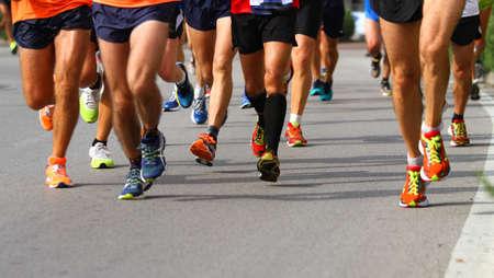 hombres corriendo: Grupo de manifestantes durante la competición deportiva en la calle