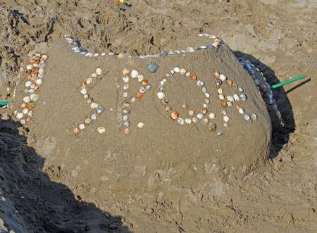 spqr: scultura di sabbia: un'antica biga romana con SPQR