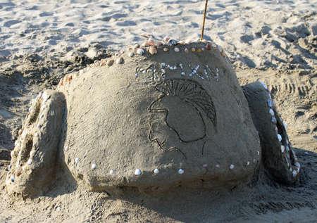 spqr: scultura di sabbia: un'antica biga romana sulla spiaggia