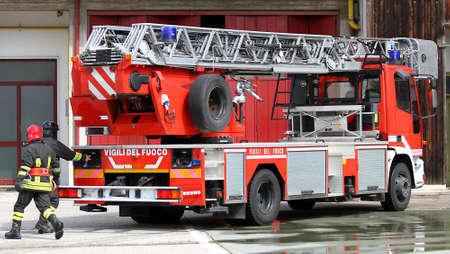 estacion de bomberos: Bomberos italianos durante el ejercicio en el parque de bomberos