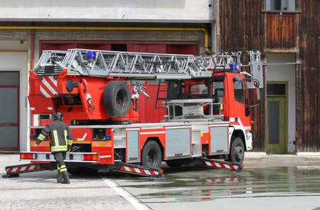 camion de bomberos: camión de bomberos italiano de bombero durante durante una emergencia