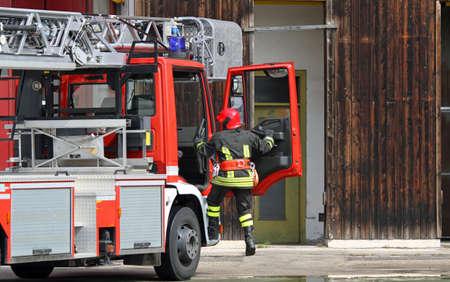 camion pompier: camion de pompiers avec un pompier en cas d'urgence