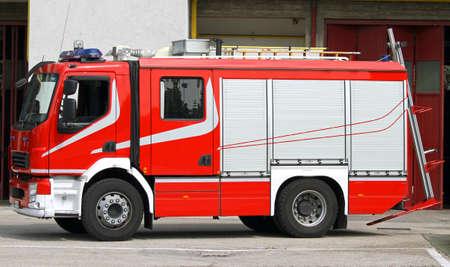 camion pompier: Camion de pompiers rouge en cas d'urgence Banque d'images