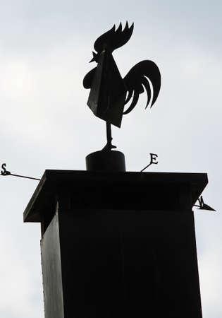 puntos cardinales: veleta negro en forma de un gallo con los puntos cardinales